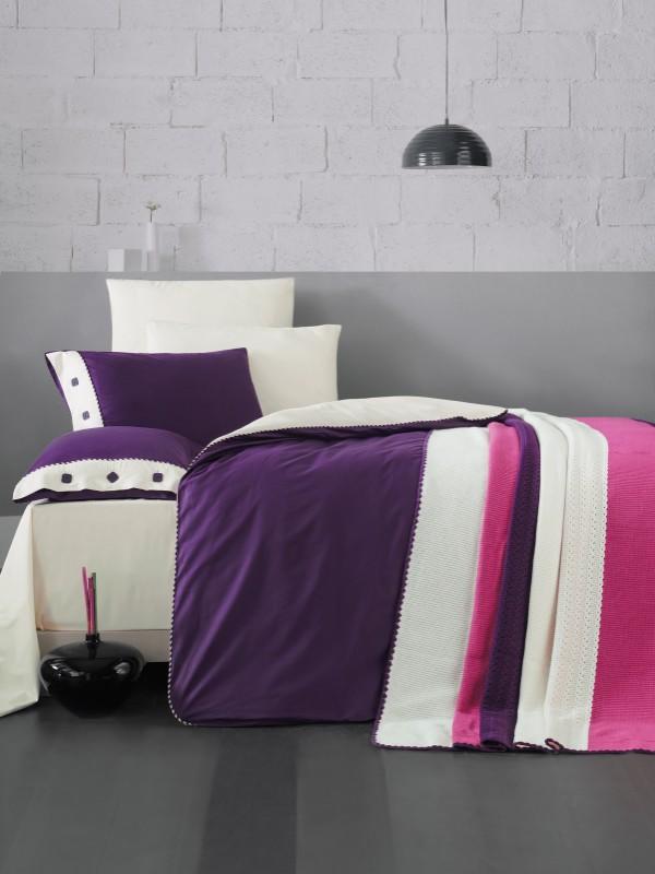 Juliet Purple Cena 16.800,00 rsd Prekrivac:220x240 Jorganska navlaka:220x200 Donji čaršaf:240x260 Jastučnice(x2):50x70 Jastučnice ukrasne(x2):50x70 Posteljina(Materijal:češljani pamuk)Prekrivač(Materijal:akril)